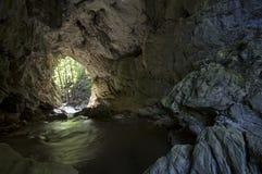 Tunnel di pietra con l'uscita Fotografie Stock