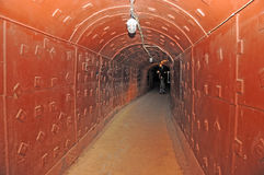 Tunnel in einem Geheimnisuntertagebunker Lizenzfreie Stockfotografie