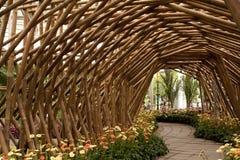 Tunnel en bambou avec la fleur Image libre de droits