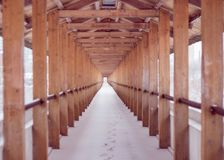 Tunnel en bois sur le pont, hiver image libre de droits