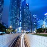 Tunnel en de moderne bouw in Shanghai bij nacht stock foto's