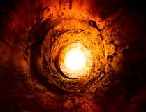 Tunnel et lumière chauds et brûlants. Voie à un autre monde Photo libre de droits