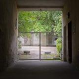 Tunnel et portes à la cour Images libres de droits
