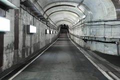 Tunnel för lång väg med belysning Tom bil i tunnel Royaltyfri Fotografi