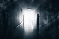 tunnel för lampa för slut för begreppskorridor mörk arkivfoton
