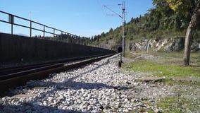 Tunnel ferroviario nel giorno di estate soleggiato della roccia stock footage