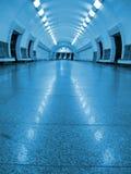 tunnel fluorescent bleu, personne souterrain Image libre de droits