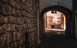 Tunnel gothique dans une rue européenne photo stock