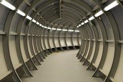 Tunnel hergestellt vom Metallaufbau lizenzfreie stockfotos