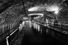Tunnel in het stadscentrum tijdens de regen bij nacht, het beroemde kanaal van Birmingham in het UK Rebecca 36 stock foto