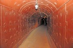 Tunnel i en hemlig underjordisk bunker Royaltyfri Fotografi