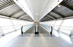 Tunnel im Flughafen Stockfotos