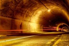 Tunnel la nuit avec les lumières mystiques Photographie stock libre de droits
