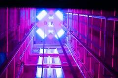 Tunnel lumineux rouge d'ascenseur images stock