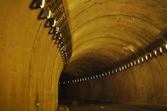 Tunnel lungo curvo con le luci per ottenervi da parte a parte fotografie stock libere da diritti