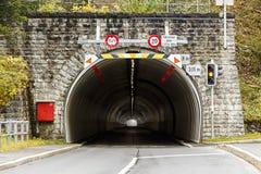 Tunnel lungo e scuro Fotografie Stock Libere da Diritti