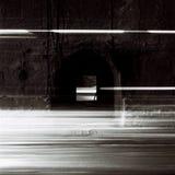Tunnel med rörande trafikljus i svartvitt arkivfoton