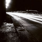 Tunnel med rörande trafikljus i svartvitt Arkivbild