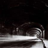 Tunnel med rörande trafikljus i svartvitt royaltyfria bilder