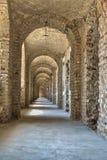 Tunnel met een reeks bogen Stock Fotografie