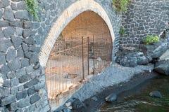 Tunnel met poort Stock Foto