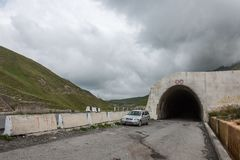 Tunnel in montagne di Caucaso fotografie stock libere da diritti