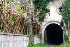 Tunnel och järnväg i den nya Athosen Arkivbilder