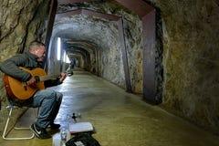 Tunnel onder de kasteel en gitaarspeler royalty-vrije stock afbeelding