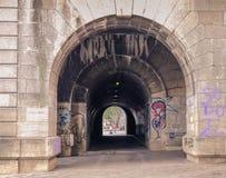 Tunnel op de rivier van de bankzegen royalty-vrije stock foto's