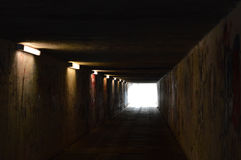 Tunnel pedonale con le luci ed i graffiti Fotografia Stock