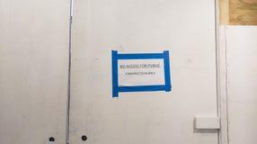 Tunnel piétonnier à un chantier de construction Image libre de droits