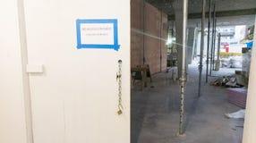 Tunnel piétonnier à un chantier de construction Photographie stock