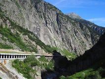 Tunnel pietroso scenico della strada in alpi svizzere in Svizzera Fotografie Stock