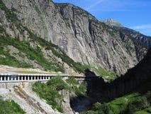Tunnel pietroso scenico della strada in alpi svizzere in Svizzera Fotografia Stock