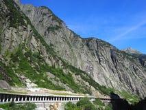 Tunnel pietroso scenico della strada in alpi svizzere in Svizzera Immagini Stock Libere da Diritti