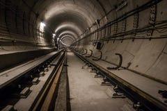 Tunnel profond de métro sous le constraction images stock