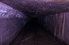 Tunnel rectangulaire étroit Grande humidité et humidité sous la terre photos libres de droits