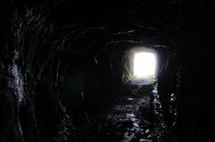 Tunnel in Richtung zur Leuchte Stockfotografie