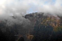 Tunnel ripido sul picco della montagna nebbiosa nella sera fotografie stock libere da diritti
