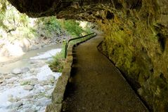 Tunnel rond de berg Royalty-vrije Stock Foto's