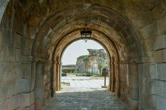 Tunnel rovinato di costruzione fortificata antica fotografie stock