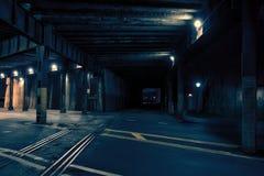 Tunnel scuro del treno della città alla notte Fotografia Stock