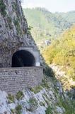 Tunnel sopra il precipizio, Montenegro Immagini Stock