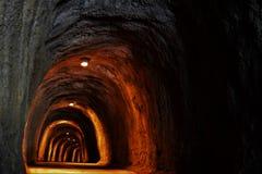 tunnel sotto le montagne fotografia stock libera da diritti