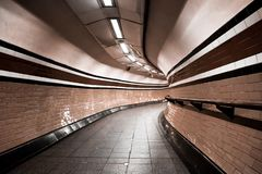 Tunnel souterrain de Londres, courbes personne photo stock