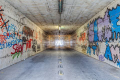 Tunnel stretto con i graffiti Immagine Stock