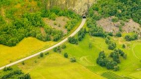 Tunnel sur la route norvégienne de montagne images stock
