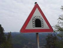 Tunnel, traffico o indicazione del segnale stradale immagine stock