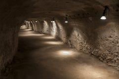 Tunnel in tufo - roccia fatta di cenere vulcanica fotografia stock libera da diritti