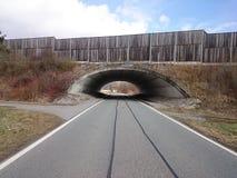 Tunnel unter dem deutschen Autobahn lizenzfreie stockfotografie